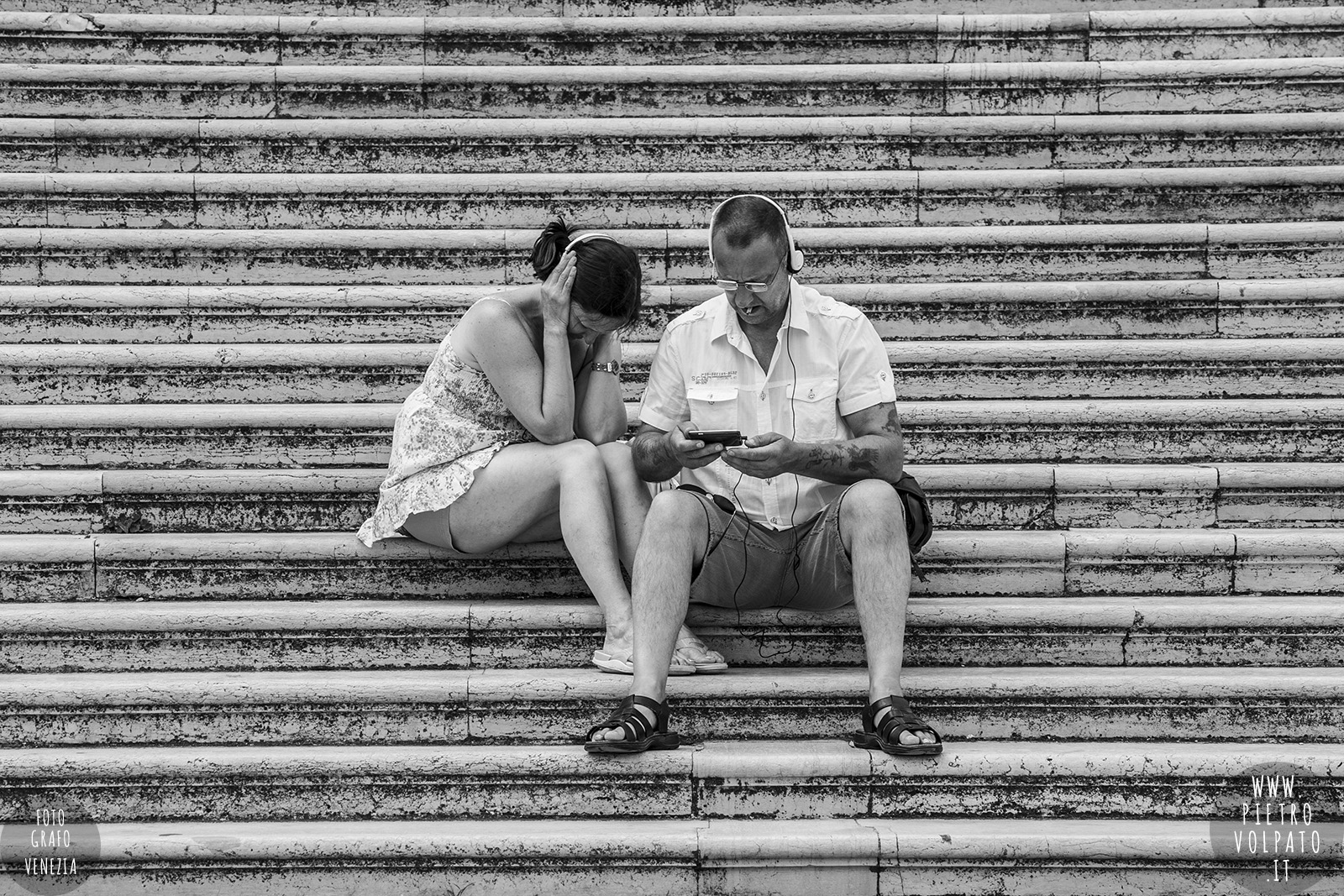 Fotografo professionista conduce corsi di fotografia e workshop foto personalizzati e individuali a Venezia durante una passeggiata