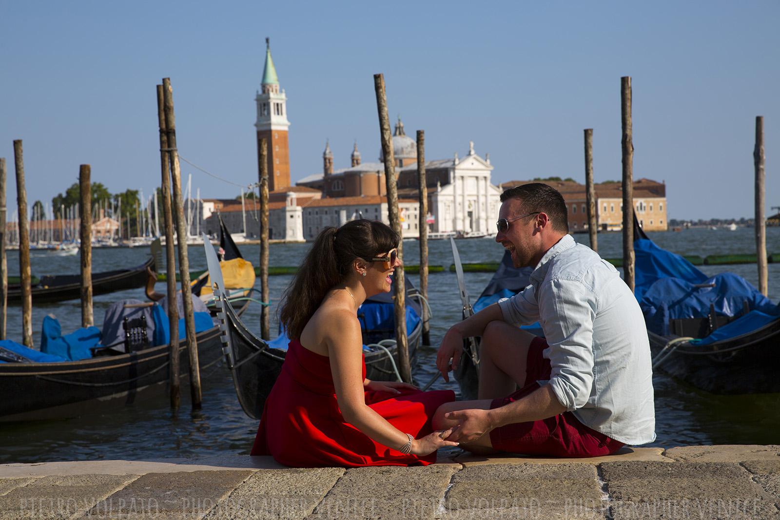 Venezia servizio fotografico coppia durante una romantica e divertente passeggiata e giro in gondola ~ Fotografo a Venezia per coppie