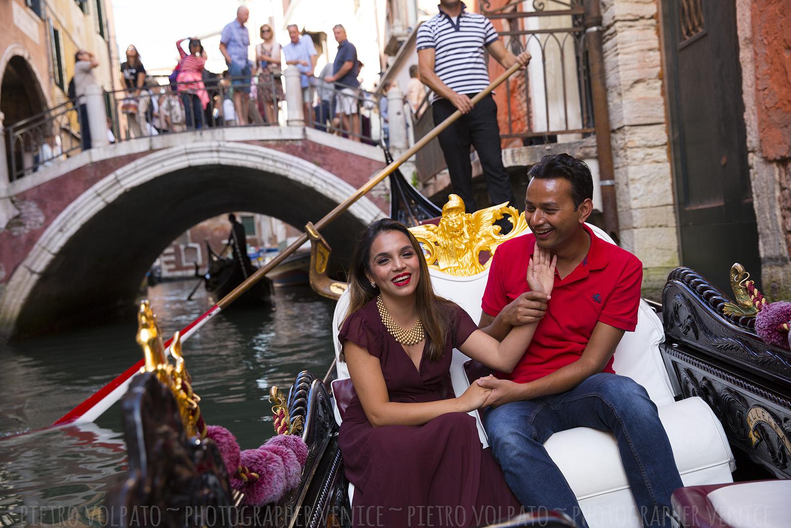 Il fotografo a Venezia per servizio foto vacanza ~ Foto romantiche e divertenti per coppie durante una passeggiata e un giro in gondola