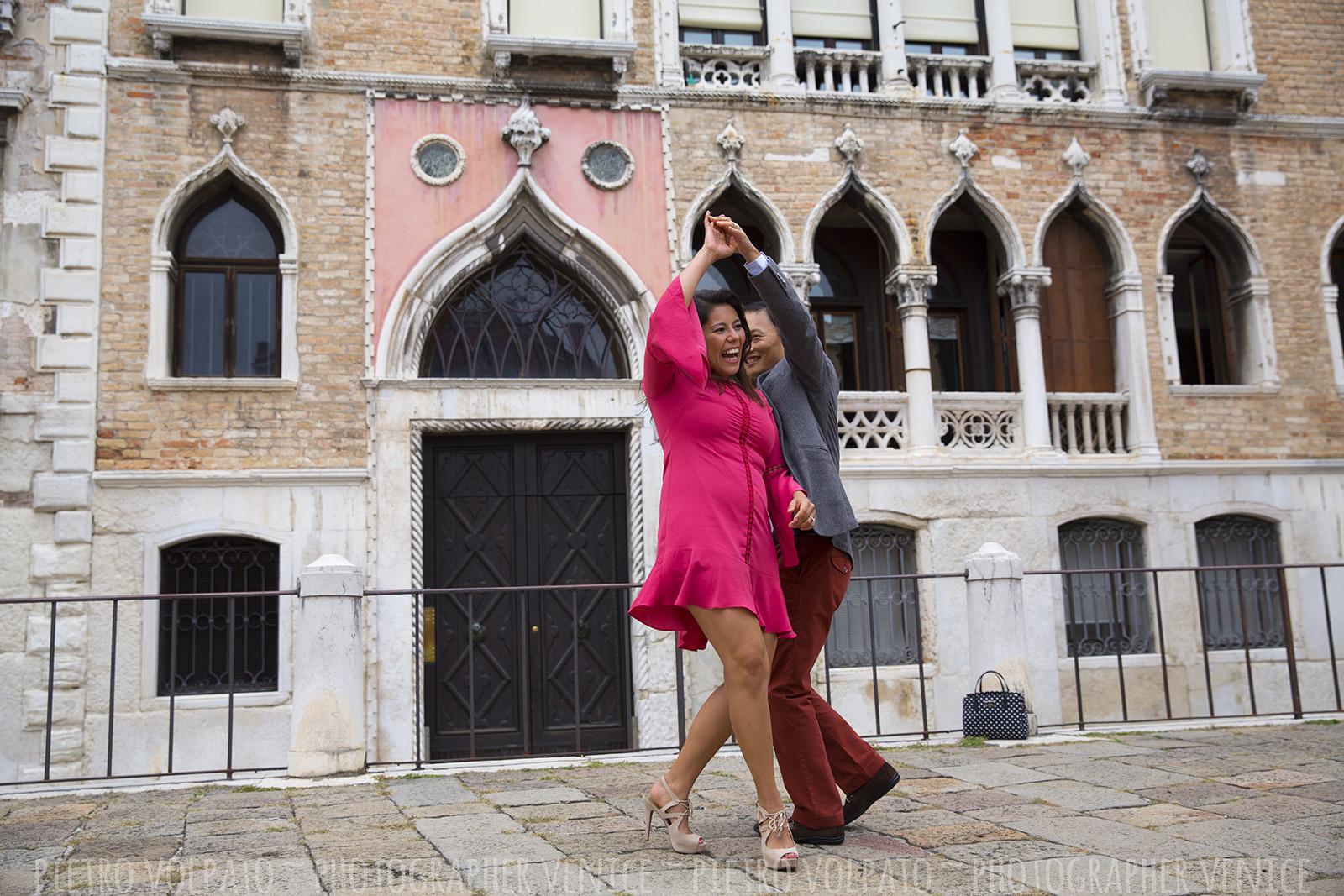 Foto romantiche e divertenti vacanza coppia a Venezia ~ Passeggiata e giro in gondola ~ Fotografo a Venezia per servizio foto