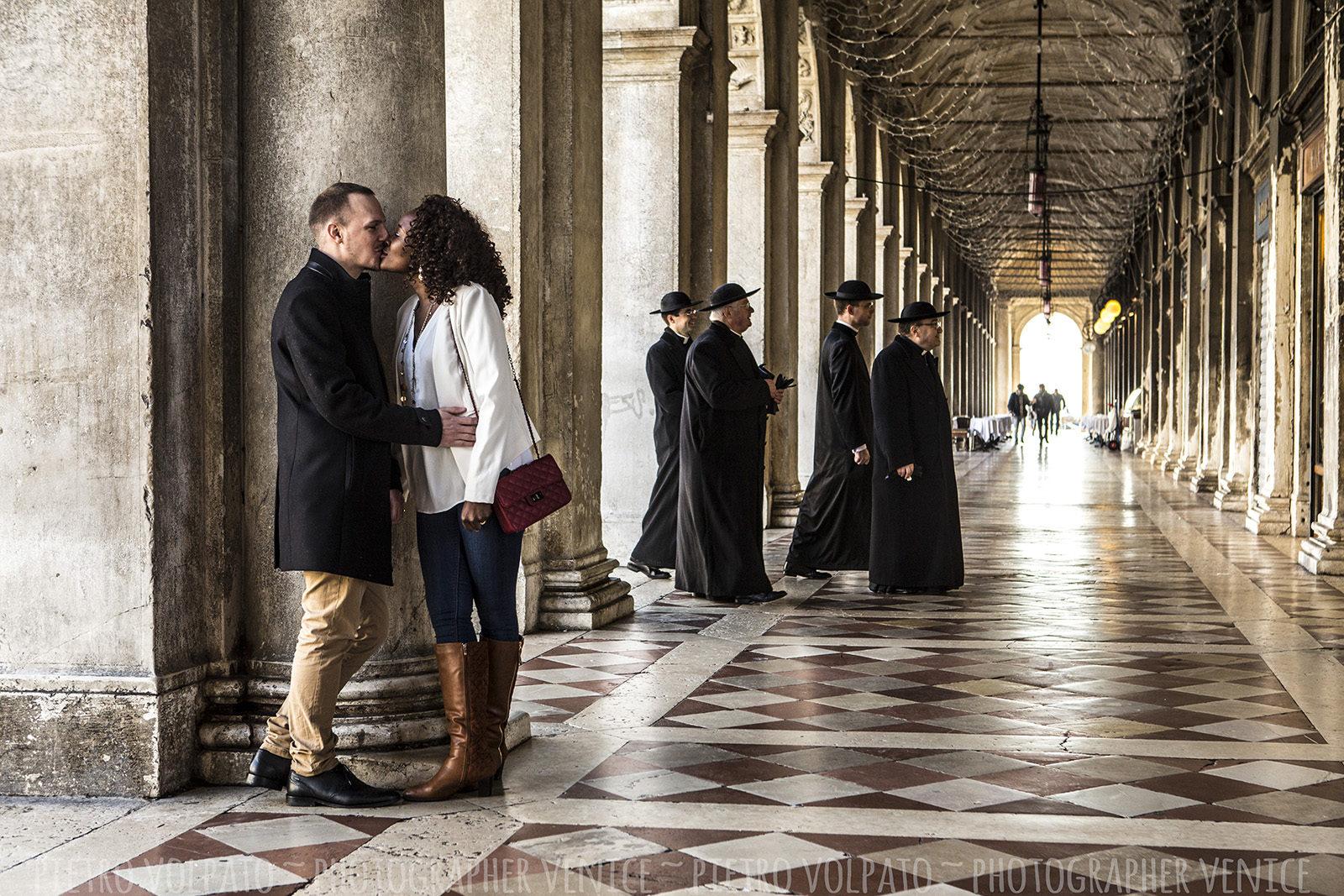 Fotografo a Venezia per servizio fotografico innamorati ~ Coppia in Vacanza ~ Foto e divertimento durante una passeggiata a Venezia