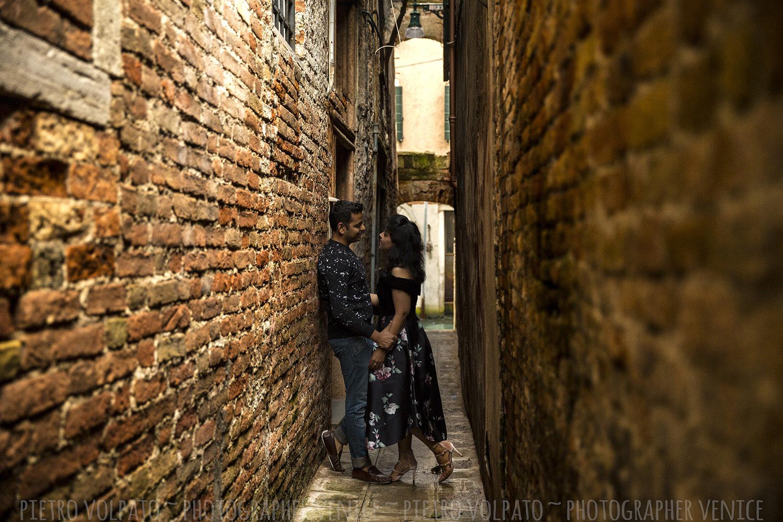 Servizio foto di vacanza coppia a Venezia durante una passaggiata romantica e divertente. Fotografo professionista a Venezia.
