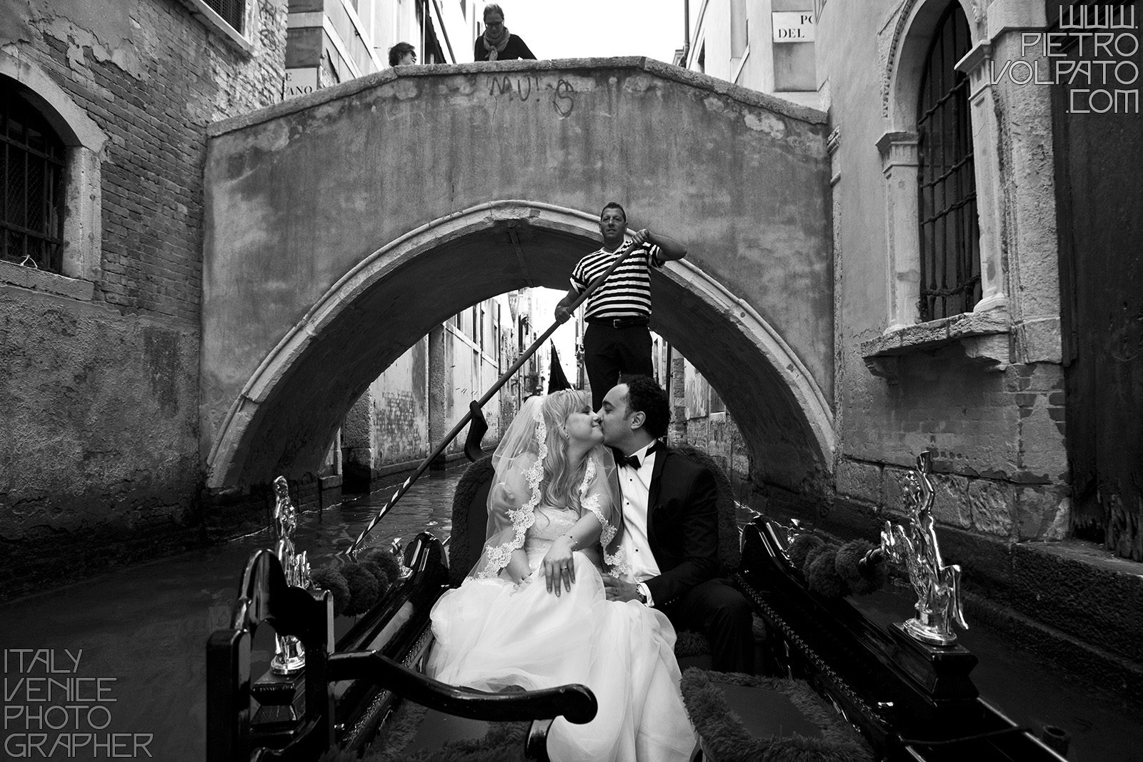 Hire a photographer in Venice Italy for honeymoon photo shoot during a walking tour and gondola ride ~ Romantic and fun photo walk in Venice