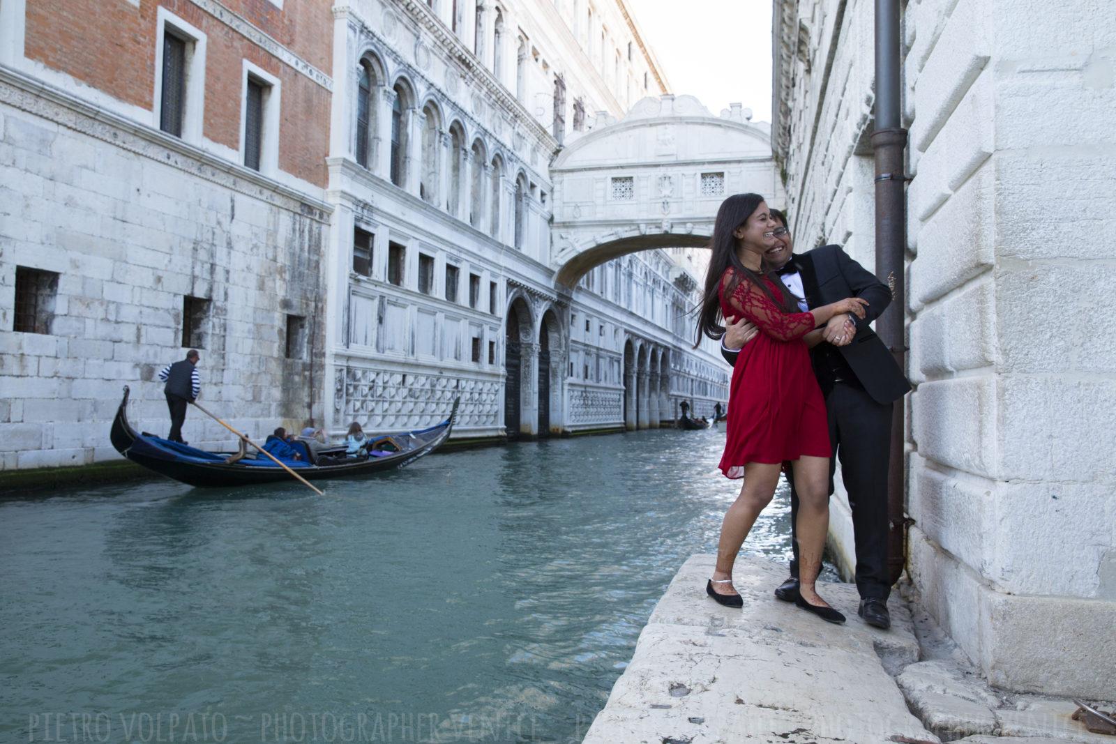 photographer-venice-italy-honeymoon-photo-shoot-romantic-fun-walking-tour-20160429_01