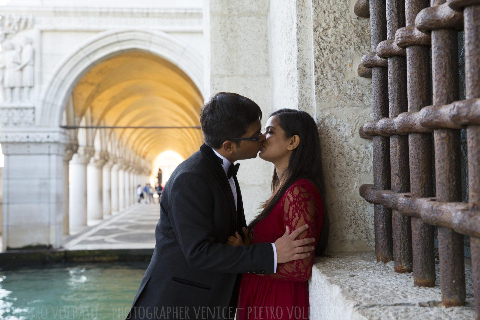 photographer-venice-italy-honeymoon-photo-shoot-romantic-fun-walking-tour-20160429_02