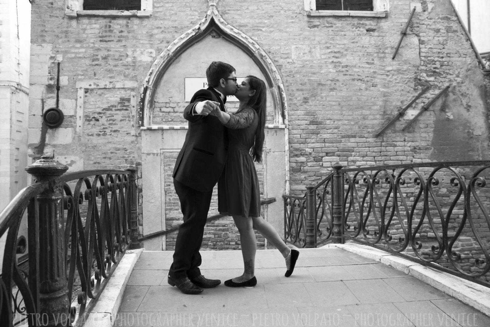 photographer-venice-italy-honeymoon-photo-shoot-romantic-fun-walking-tour-20160429_05