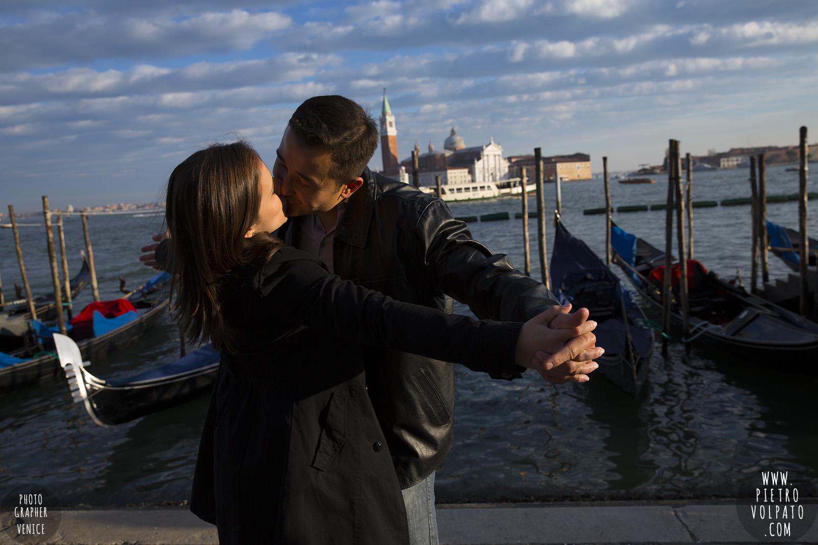 photographer venice honeymoon couple romantic vacation pictures