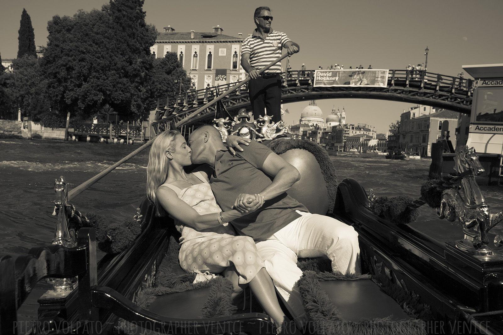 honeymoon photographer venice photo walk