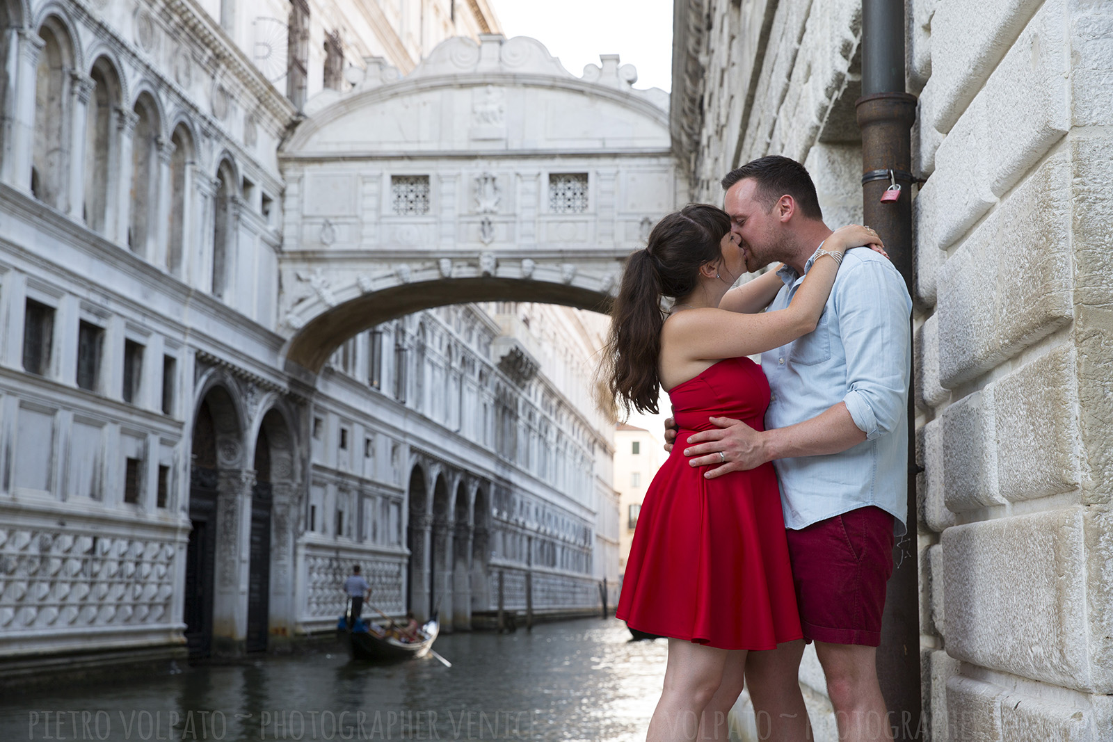 Venice couple photo session during a (romantic and fun) walking tour and gondola ride ~ Venice holiday photographer