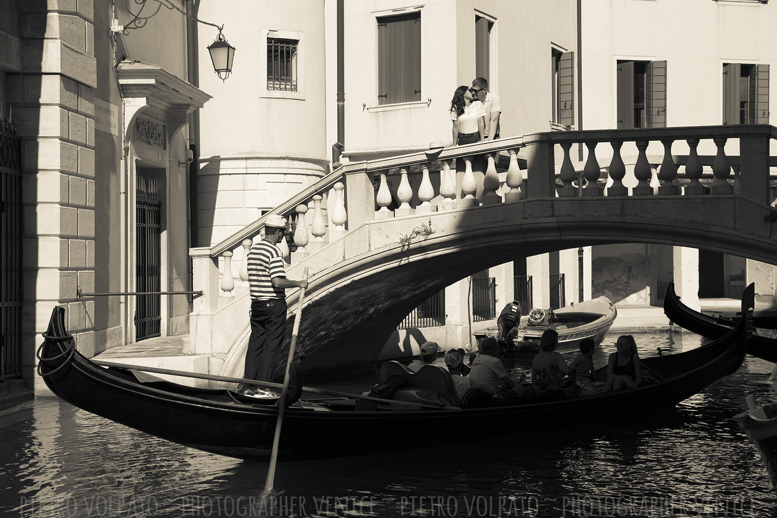 Romantic and fun photo walk in Venice with professional, creative and friendly photographer