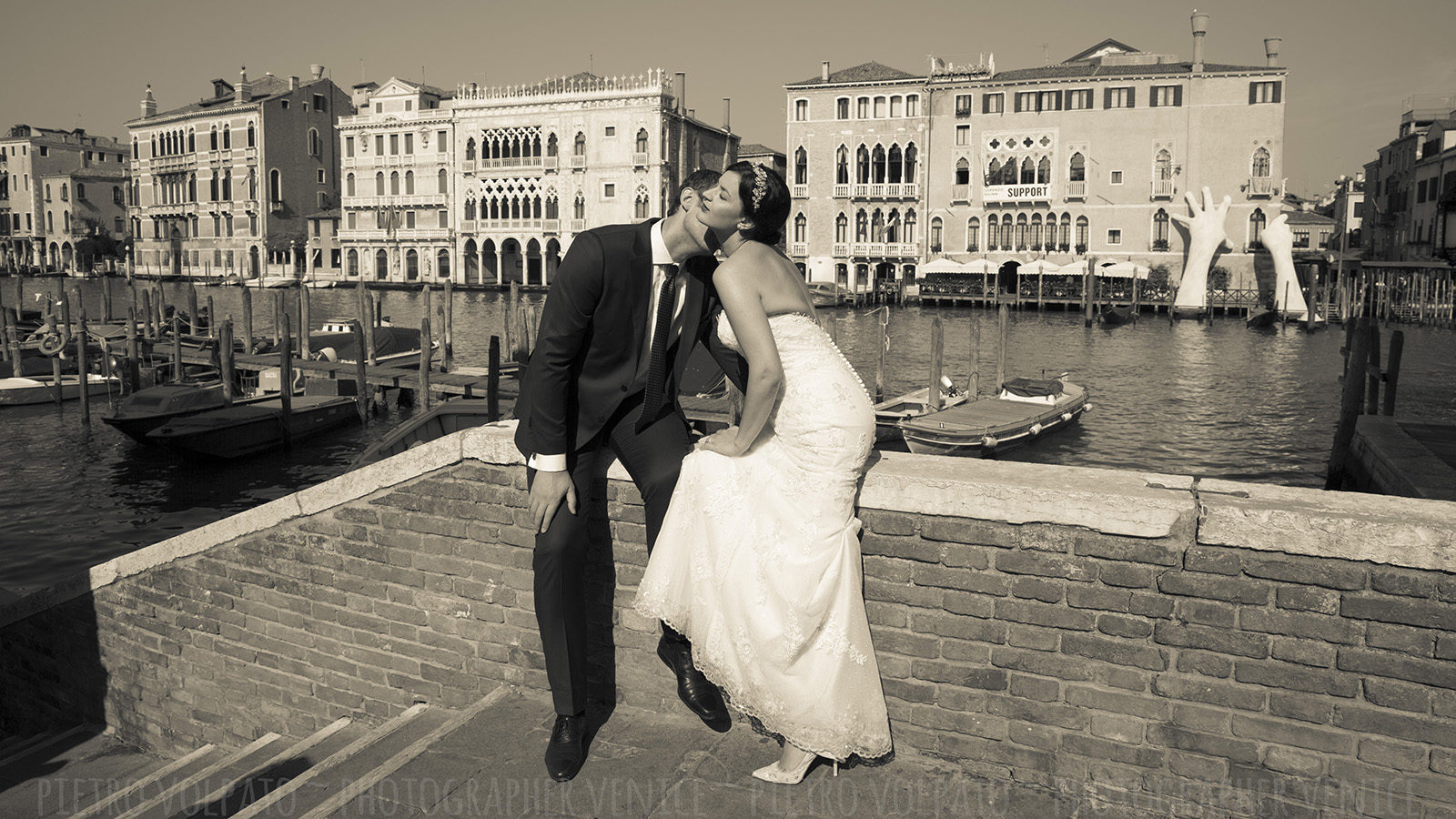 Photographer in Venice Italy for honeymoon photography session ~ Romantic pictures for couple vacation in Venice
