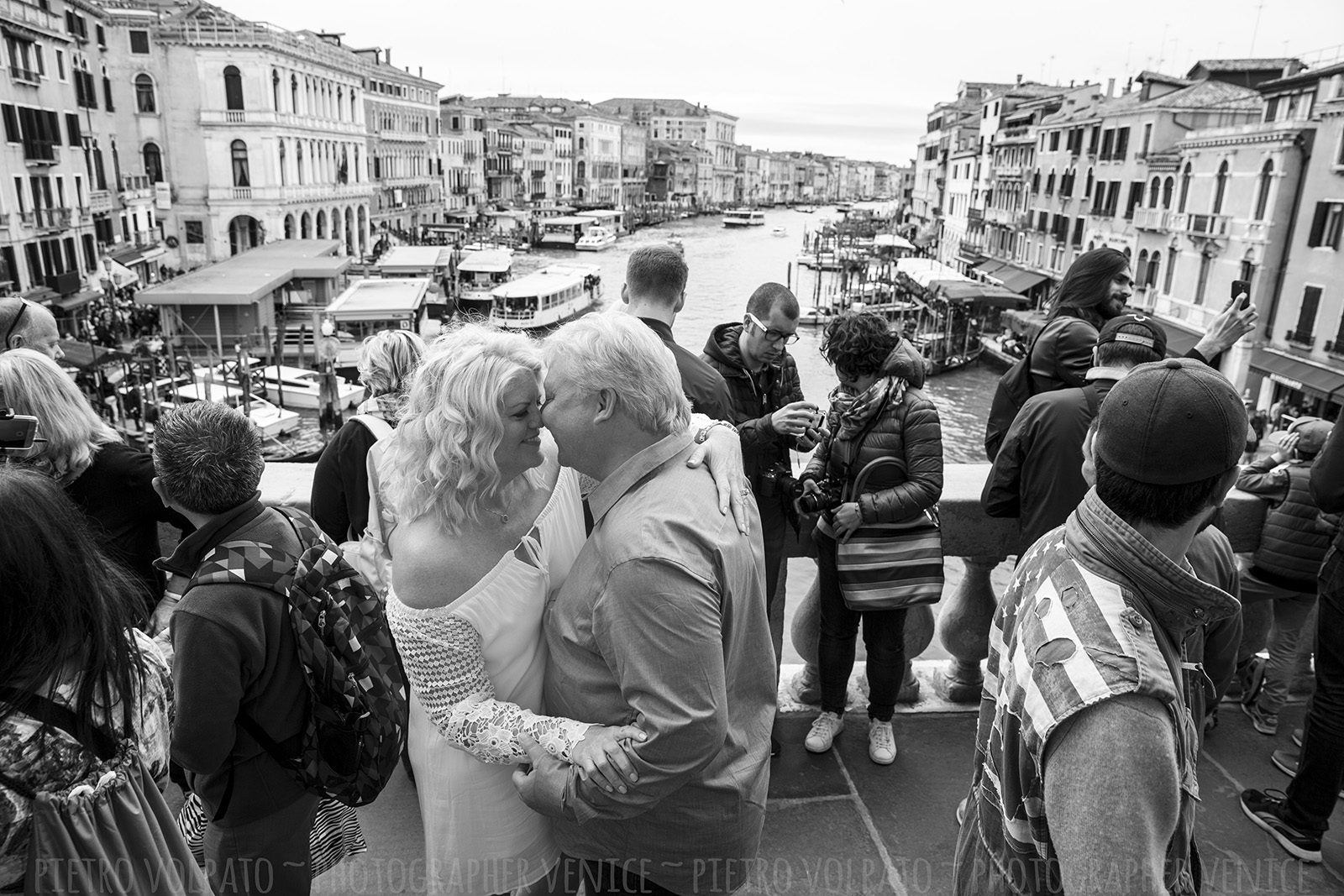 Photography session with photographer in Venice ~ Romantic and fun honeymoon photo shoot in Venice ~ Venice photo walk