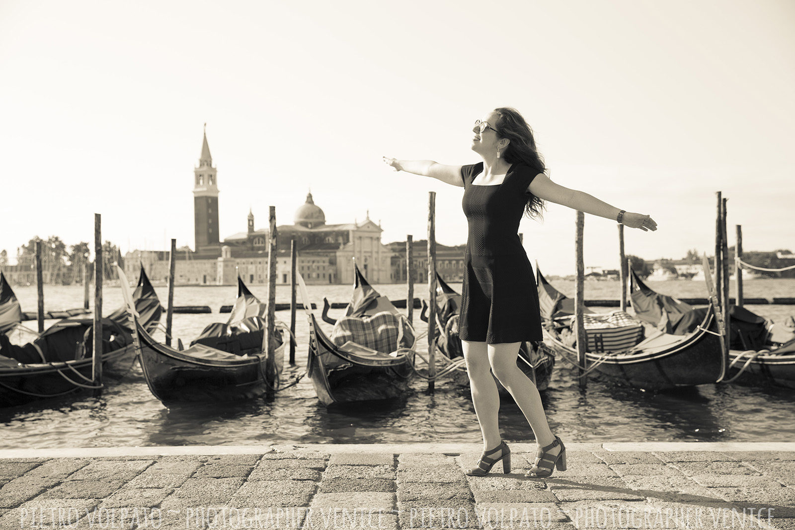 Portrait and vacation photography session in Venice with professional photographer ~ Venice photo walk for solo traveler