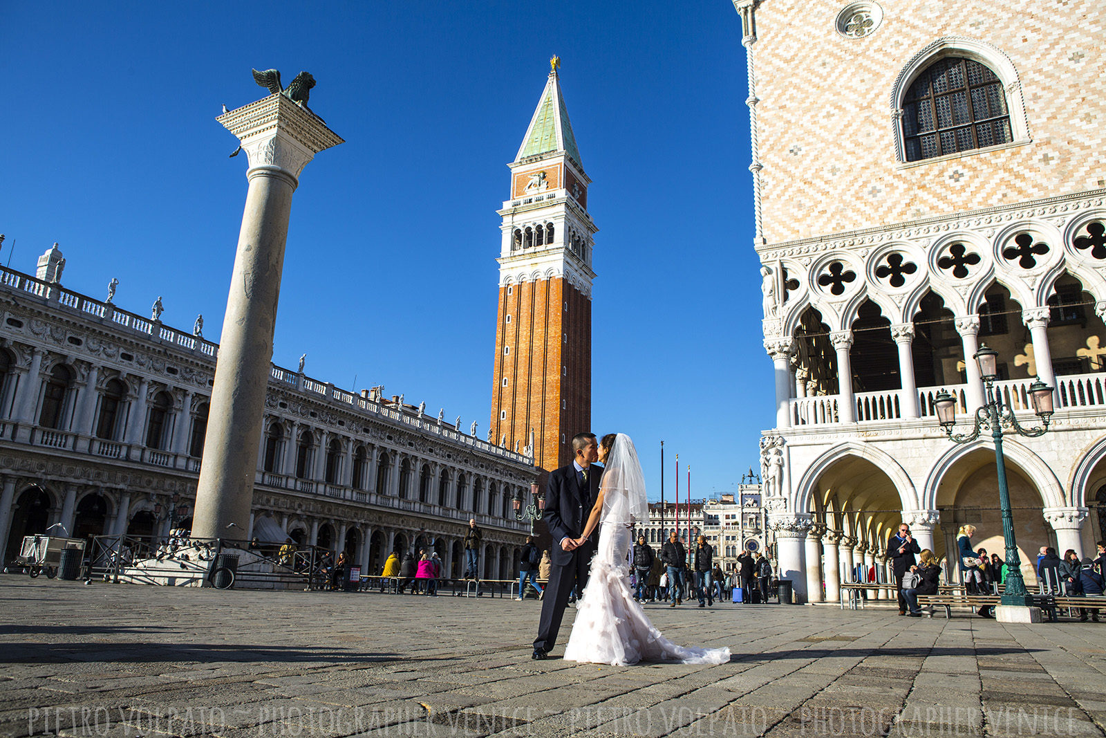 Photographer in Venice for honeymoon photo shoot and couple vacation pictures ~ Romantic and fun photo walk in Venice