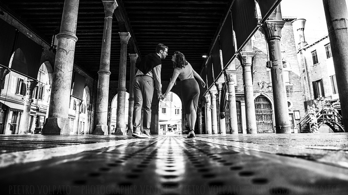 venice photographer for romantic fun couple photo shooting