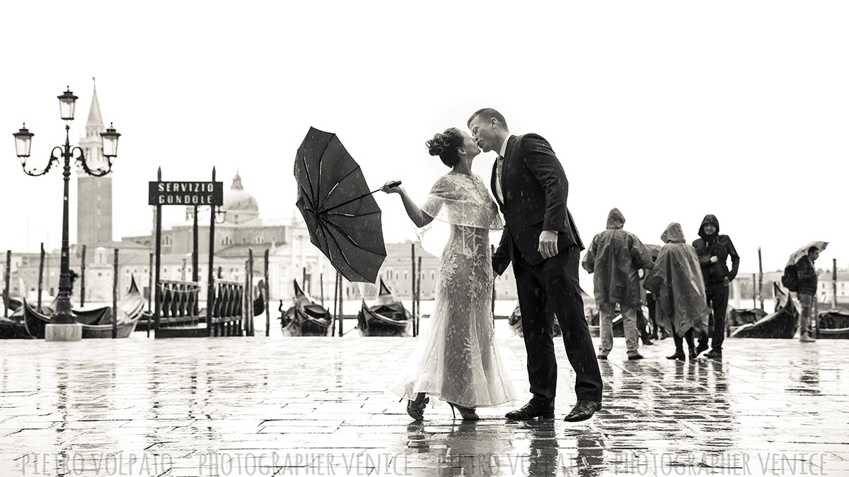 couple photo shoot in venice romantic moment