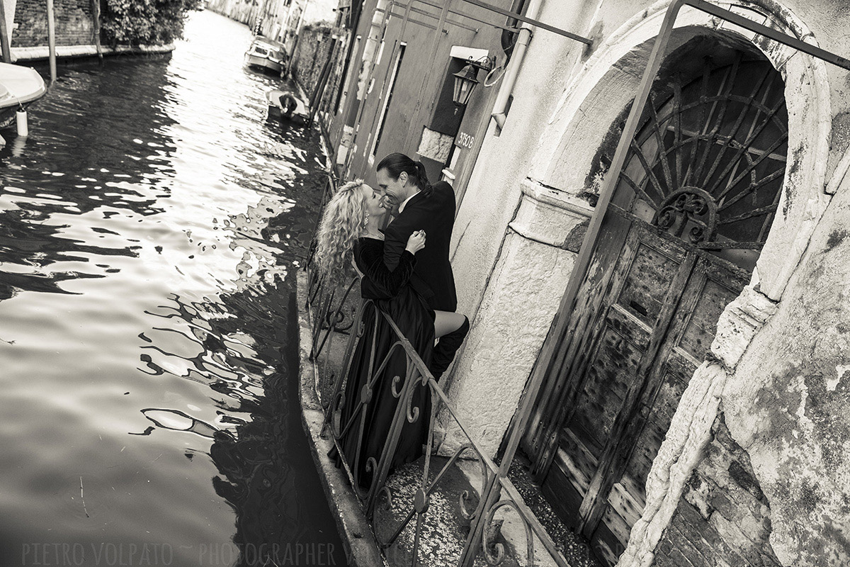 romantic and fun photo shoot in venice by photographer pietro