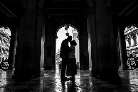 PHOTOGRAPHER VENICE WEDDING ANNIVERSARY PHOTOSHOOT