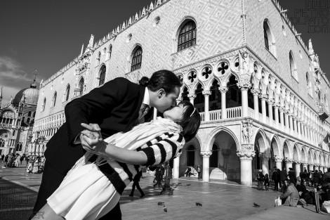 PHOTOGRAPHER VENICE ROMANTIC COUPLE PHOTO SHOOT